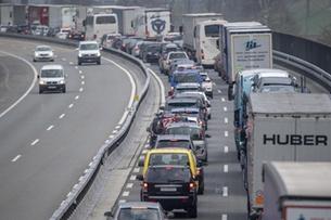 Holiday traffic jams build at Gotthard tunnel